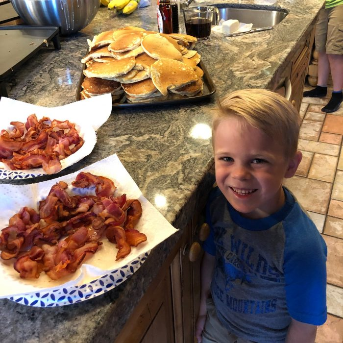 easy recipes for large groups: pancakes and bacon for breakfast